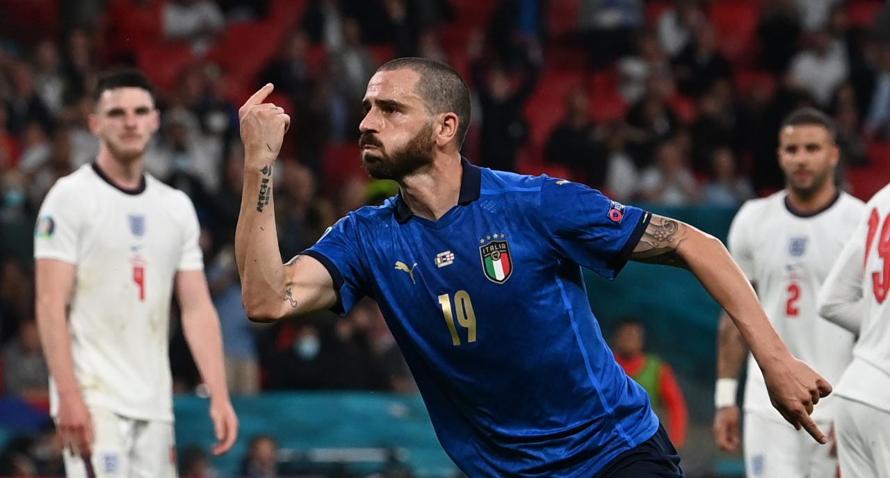 Leonardo Bonucci ăn mừng chiến thắng của đội tuyển Ý trước Anh